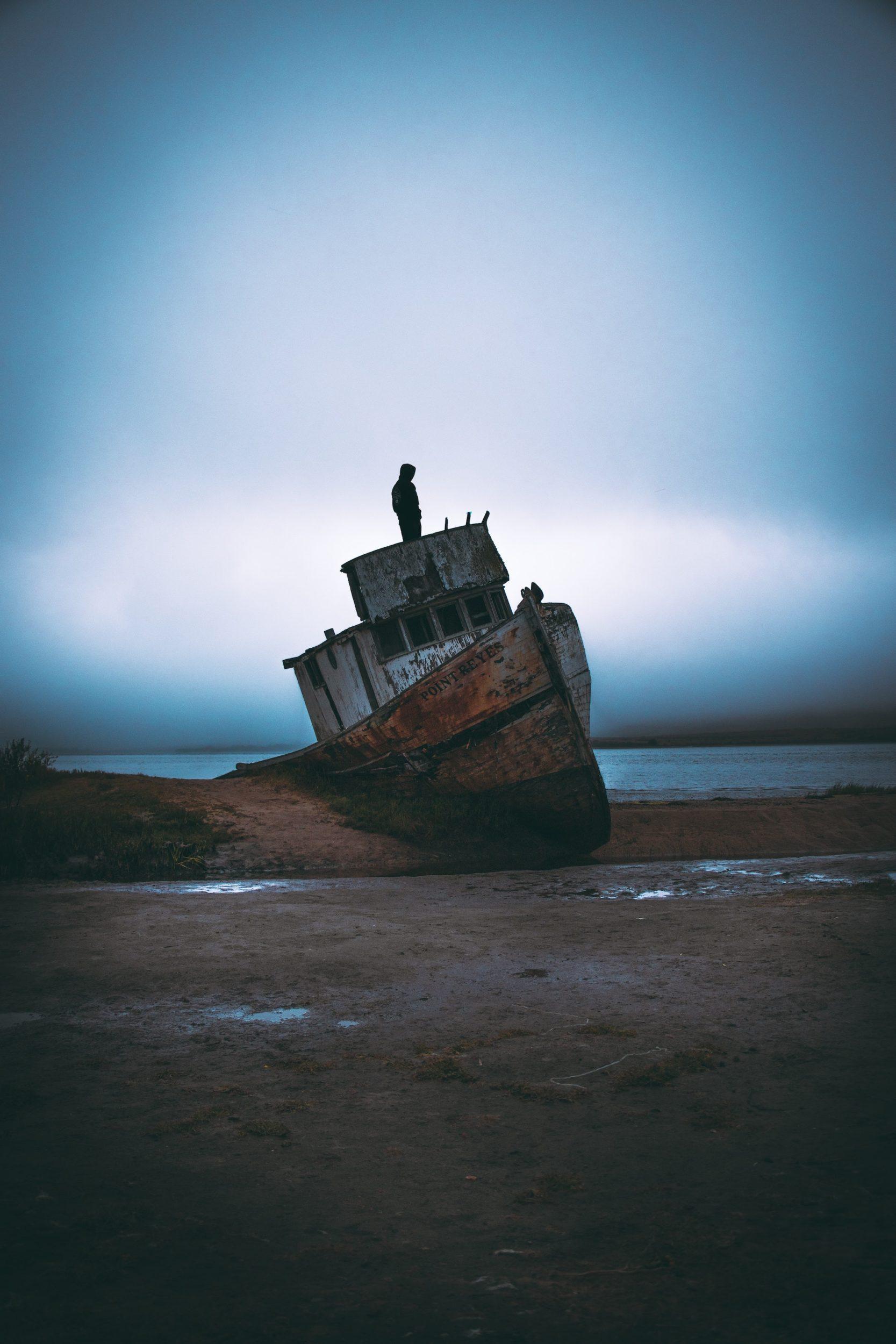 Schiffswrack am Strand mit Person