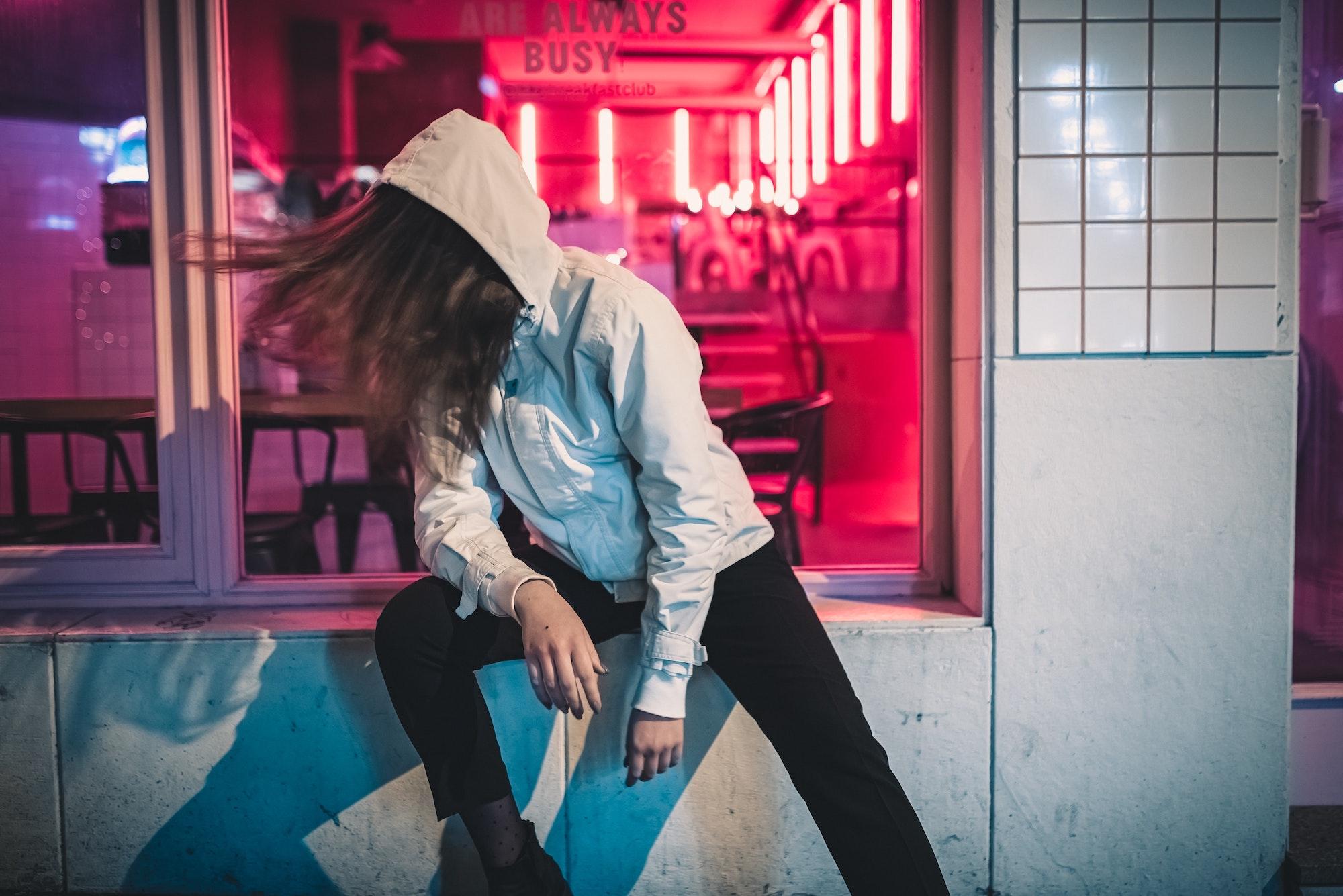 Frau alleine vor leerer Bar