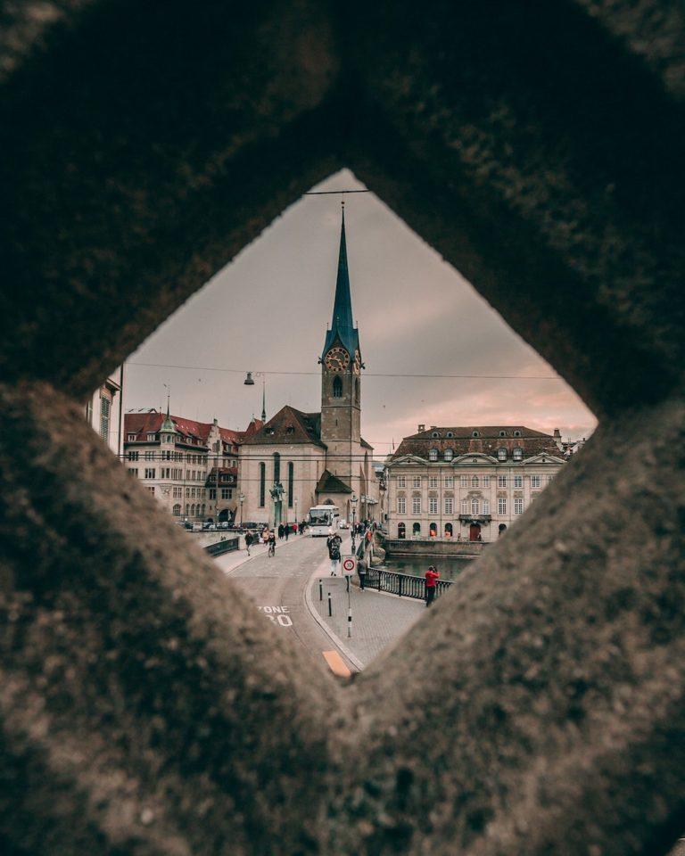 Kirche fraumünster Zürich aus der Ferne