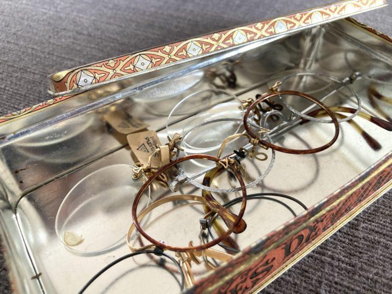 Blechdose mit alten Brillengestellen